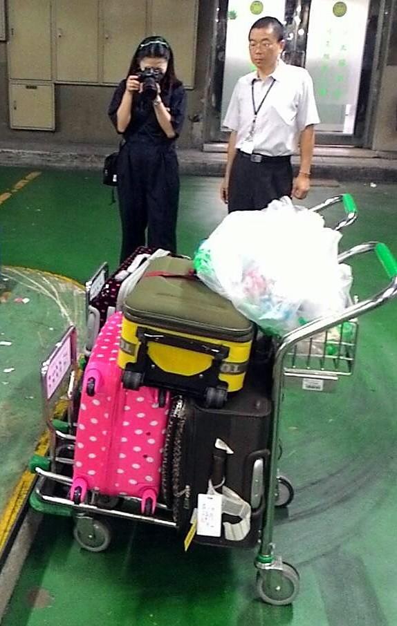 與家人赴日旅遊的17歲的李姓少女謊稱行李有炸彈,航警將其家人行李全數拖下飛機,採證複檢後,證實只是虛驚一場。(航警局提供)