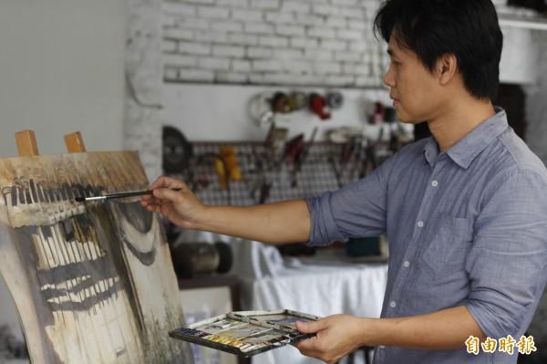 陳登景今年首度受屏東縣政府文化處邀請,即日起至7月22日展出「靜默」畫展。(記者邱芷柔攝)
