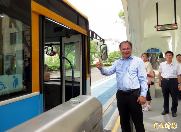 交通局長王義川視察幹線公車上路情況,並表示將將持續檢視、加強宣導。(記者張菁雅攝)