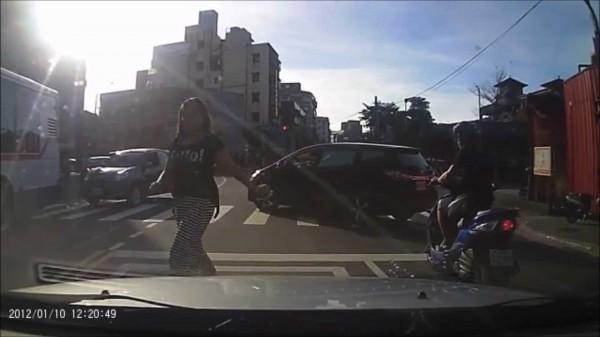 潘男的女友趕緊下車阻止。(記者吳政峰翻攝)