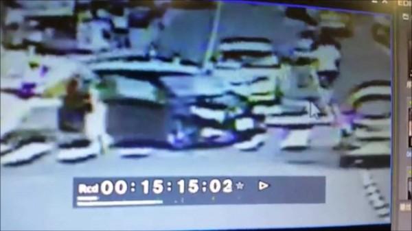 潘男(白衣)對著坐在車內的賴男猛打。(記者吳政峰翻攝)