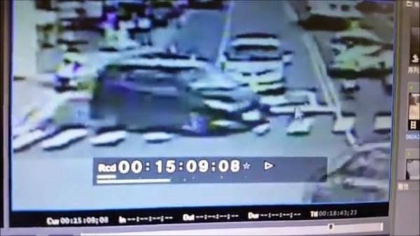 潘男把汽車打橫,停在賴男車前。(記者吳政峰翻攝)