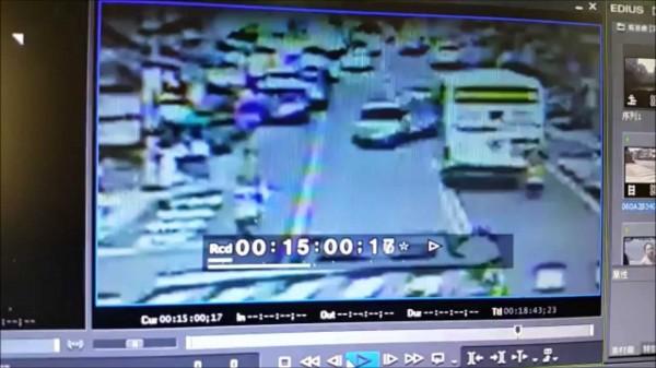 潘男欲逆向超車,但賴男不給過,導致他差點撞上公車。(記者吳政峰翻攝)