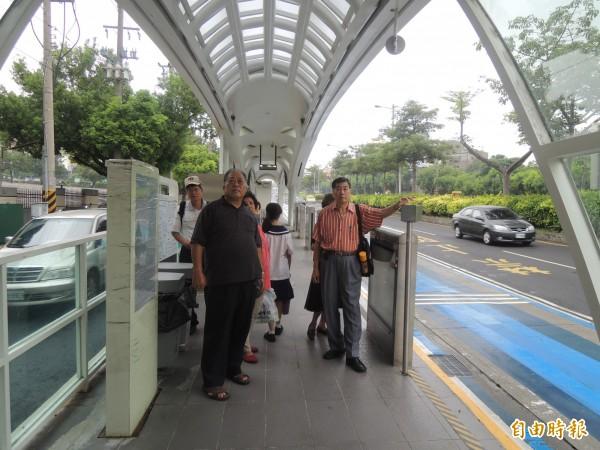 海線銀髮公車族在靜宜大學站等轉乘,眾人無所適從。(記者張軒哲攝)