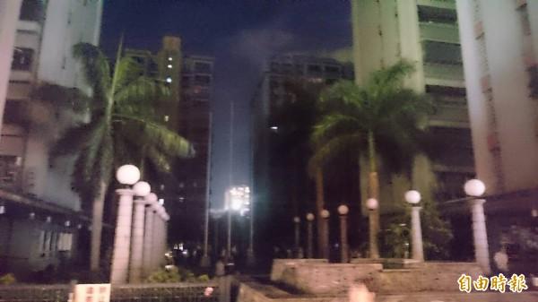 新北市板橋健華新城,因台電無預警跳電,造成2座電梯5人受困,目前均已救出。(記者吳仁捷攝)