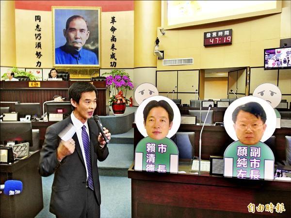 台南市長賴清德拒進議會備詢,無黨籍議員林阳乙特別製作了市長等官員人像看板,對著看板質詢。(記者蔡文居攝)