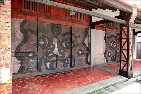 顏忠賢「囝仔仙」以水墨畫覆蓋歷史街區。(台北兒童藝術節提供)