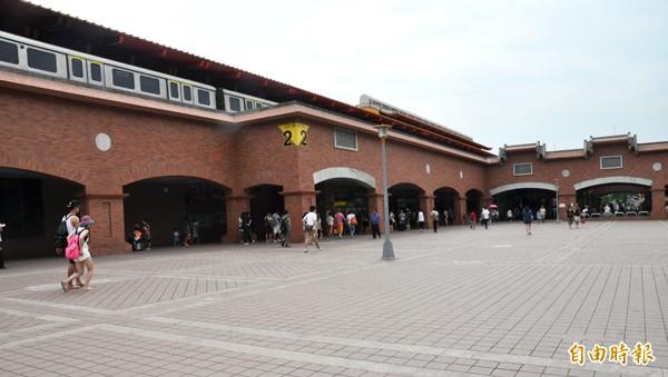 捷運淡水站等將設YouBike租借站,圖為捷運淡水站前廣場。(記者郭顏慧攝)