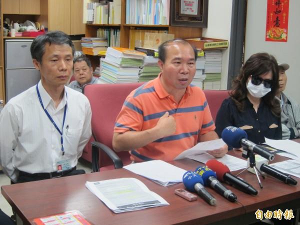 台北市議員張茂楠(左二)爆料已婚的捷運局前機電處長周湘魁(左一),追求原本是部屬的會計室主任鄭女(右一)。(資料照)