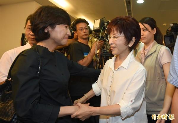 前台北市議員陳玉梅上前來幫洪秀柱打氣加油。(記者劉信德攝)
