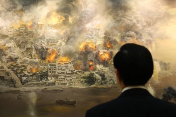 馬英九觀賞「重慶大轟炸」畫作被拍攝下來,卻被網友惡搞,留言說馬英九看畫的心情應是「看看我這8年做了什麼」。(取自馬英九臉書)