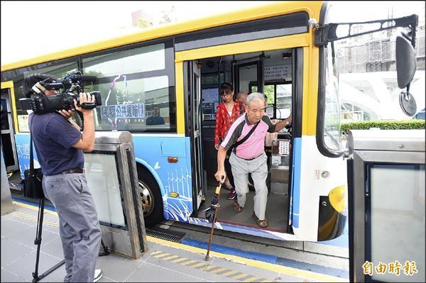 有行動不便的搭車民眾,覺得車體離停靠站過遠,感到不便!(記者廖耀東攝)