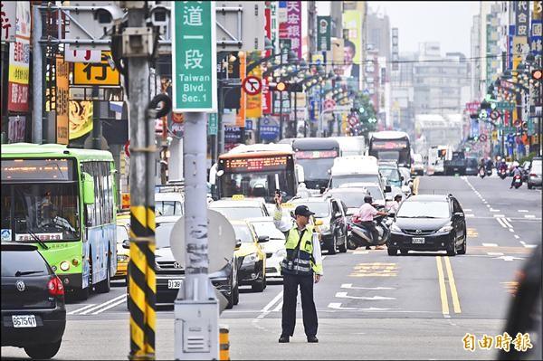 離開台中火車站的公車擠在台灣大道上,一時之間無法疏散,造成塞車情形。(記者廖耀東攝)