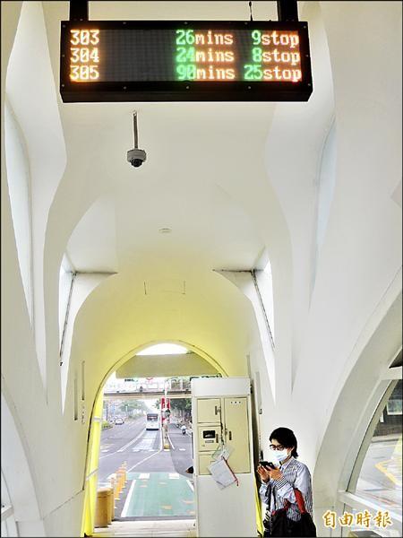 靜宜大學電子看板顯示三○五要等九十分鐘,乘客一頭霧水。(記者張軒哲攝)