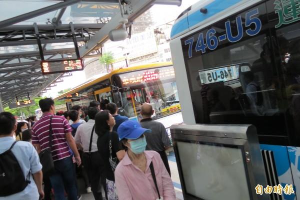 優化公車第2天上路,台中火車站上下車仍混亂(記者蘇金鳳攝)