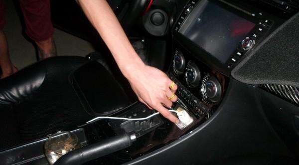 警方在車內起出K他命毒品。(記者許國楨翻攝)