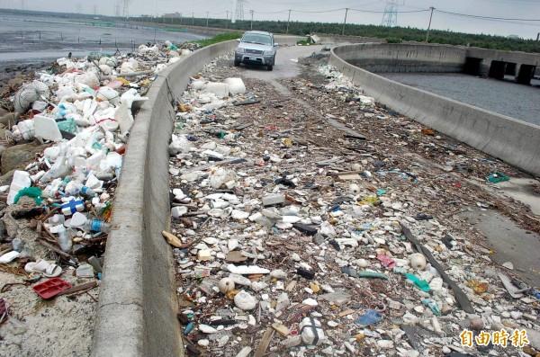 許厝寮碼頭堤岸及親水便道佈滿垃圾。(記者鄭旭凱攝)
