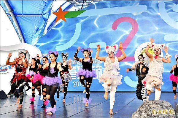 東海大學學生在童玩節園區演出著名音樂劇「貓」。(記者朱則瑋攝)