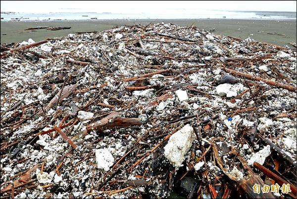 南區四鯤鯓海岸到黃金海岸長約3公里的海岸線,全都被保麗龍屑、竹架及垃圾佔滿。(記者蔡文居攝)
