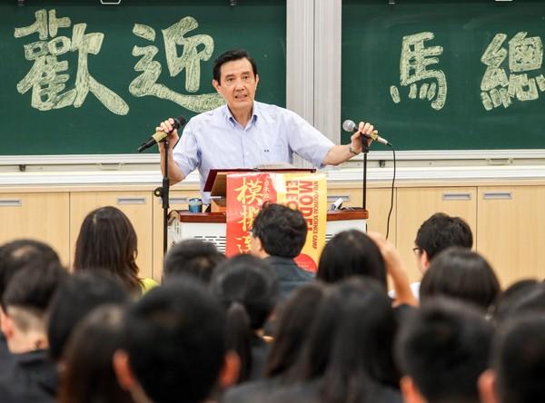 馬英九總統(後中)昨出席在台大舉辦的「總統與青年有約: 第十屆台大政治領袖營」,分享經驗。(中央社)