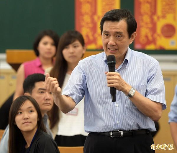 馬英九總統(前右)昨出席在台大舉辦的「總統與青年有約: 第十屆台大政治領袖營」,分享經驗。(記者王敏為攝)