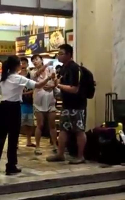 中國旅客從墾丁到花蓮遊玩,疑似到花蓮時發現當地下雨,沒地方可玩,竟突然對計程車司機發飆、還拒付車錢。(圖片擷取自《爆料公社》)