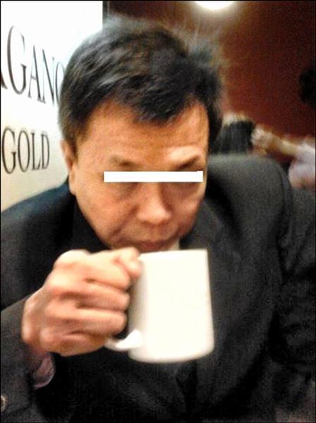 「八仙樂園總經理是民進黨金主」的網路謠言,六十歲男子余國鋒坦承確有發送類似訊息。(記者劉慶侯翻攝)