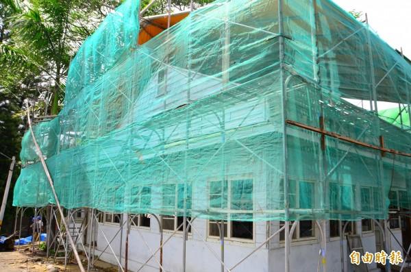 玉井舊糖廠的廢棄建築,將整修為紀念館,正趕工中。(記者吳俊鋒攝)
