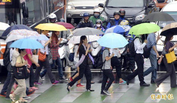 同樣會受到颱風襲擊,日本卻不像台灣有統一宣佈的颱風假。(資料照,記者陳志曲攝)