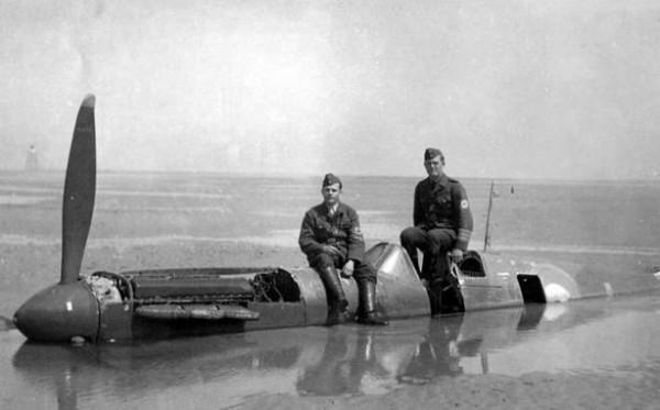 英國皇家空軍一架於二戰被擊落的噴火式戰鬥機,深埋沙灘40年。在修復之後以310萬英磅(約新台幣1億5000萬)售出,而拍賣所得將全數捐出作公益。(圖擷取自鏡報)