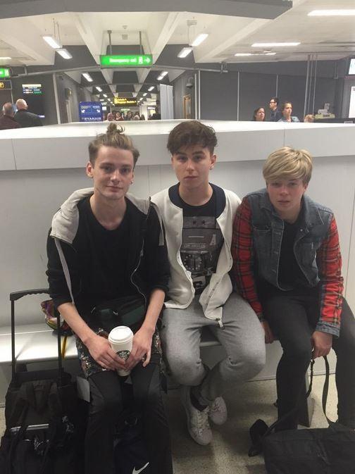 麥克艾倫(左)在機場時被告知行李超重,但他不願付費所以將所有多出來的行李穿在身上。(圖取自都會報)