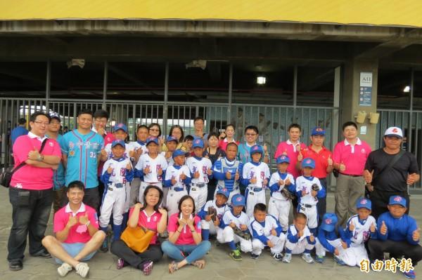 台中國際青商會捐五萬元的球具給太平光隆國小的棒球隊(記者蘇金鳳攝)