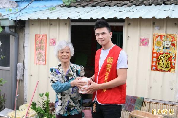 鹿耳社區為獨居長者送餐的服務,持續至今已7年多。(記者蔡文居攝)