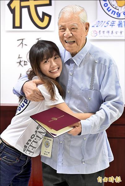 前總統李登輝昨天出席暑期青獅營活動與青年學子座談,並親自頒發結訓證書給學員,結訓學員熱情擁抱感謝李前總統。(記者朱沛雄攝)