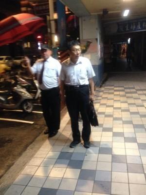 柯文哲9日宣布完放颱風假後,在深夜11點多走進板橋一家婦產科。(圖擷取自PTT,網友show0306攝)