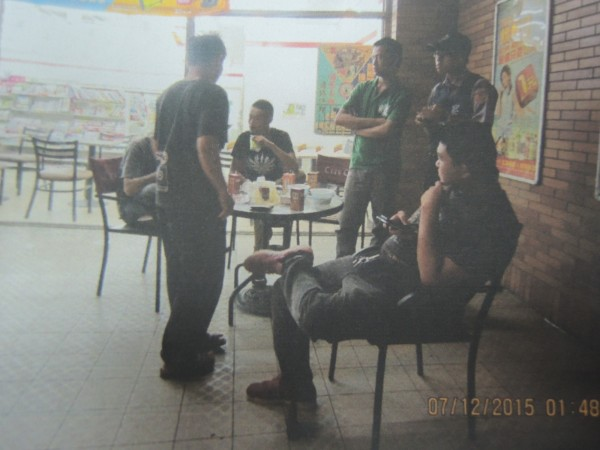 新竹縣三民派出所今天凌晨巡邏時,發現一群男子聚集在超商前行徑可疑,上前盤查時意外查獲毒品和毒咖啡。(記者廖雪茹翻攝)