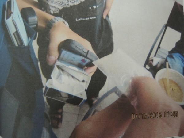 三民所員警又在陳姓男子褲袋裡的香菸盒,取出毒品2小包。(記者廖雪茹翻攝)