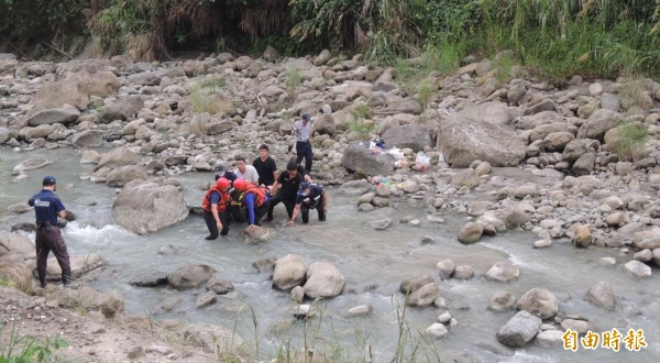 消防人員將溺水男子抬出來,送醫搶救。(記者余雪蘭攝)
