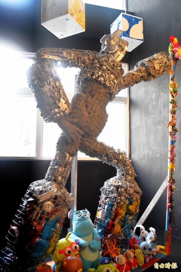 板橋「府中15動畫故事館」的「GAME‧NOT OVER‧YET電玩藝術特展」,大型無敵鐵金剛相當吸睛。(記者陳韋宗攝)