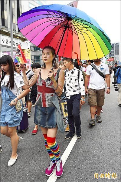 伴侶盟發起「為婚姻平權而走,平等不能再等」遊行,民眾帶著各式彩虹物品走上街頭。(記者陳志曲攝)