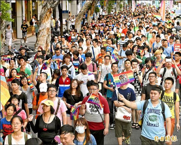 伴侶盟發起「為婚姻平權而走,平等不能再等」遊行,上千民眾一同走上街頭,要求立法院通過婚姻平權法案。(記者陳志曲攝)
