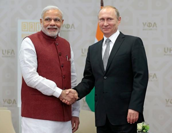 印度總理莫迪(左)、俄羅斯總統普廷 (右)。(美聯社)