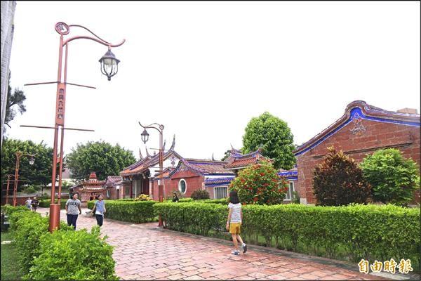 鹿港文武廟造型路燈還兼有指標功能,根本破壞古蹟景觀。(記者劉曉欣攝)