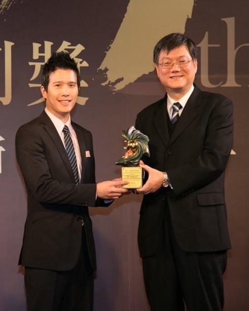 吳宏偉(左)與團隊所研發的「光物理性微波癌症篩檢技術」,獲得國家新創獎殊榮。(崑山科大提供)