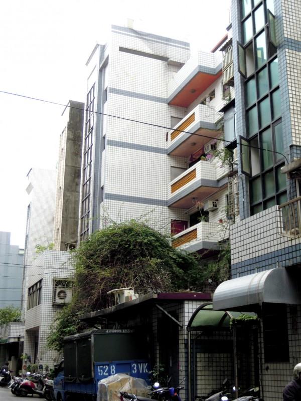 蘆洲區光華段一處老舊公寓申請增設電梯補助。圖為現況。(都更處提供)