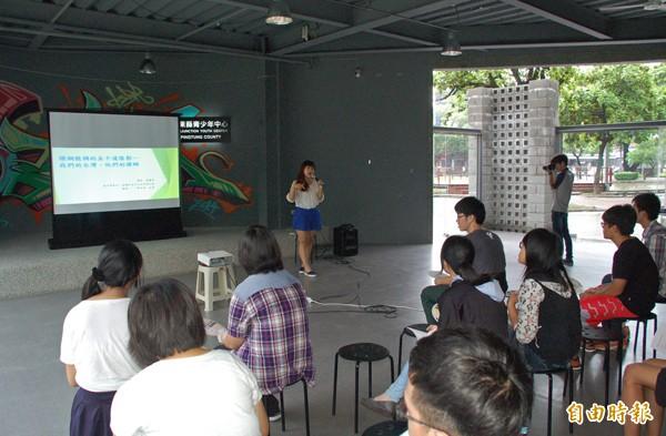 「屏東反課綱高校聯盟」昨天在屏東縣青少年中心舉辦座談及演講。(記者李立法攝)