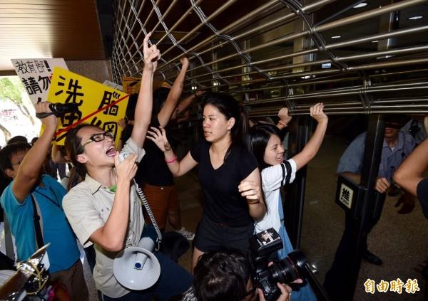 北區高中生反黑箱課綱團體約50多人,下午3點臨時來到教育部國教署台北辦公室門外,試圖進入陳情。(記者羅沛德)