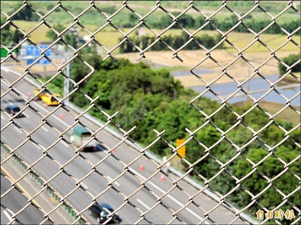 為參加攝影比賽拍照取景,竟破壞高速公路「石虎步道」鐵網?西湖鄉民罵翻。(記者蔡政珉攝)