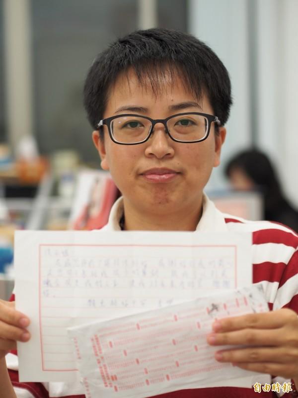台東縣毒品危害防制中心個案管理師洪小姐首次收到感謝信,直說好感動。(記者王秀亭攝)