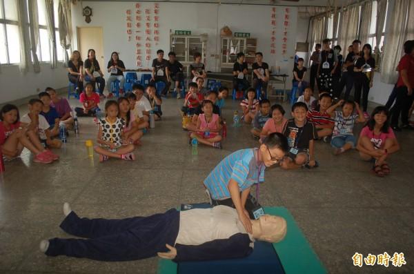 東勢鄉圖書館夏令營,學童學CPR救生。(記者鄭旭凱攝)